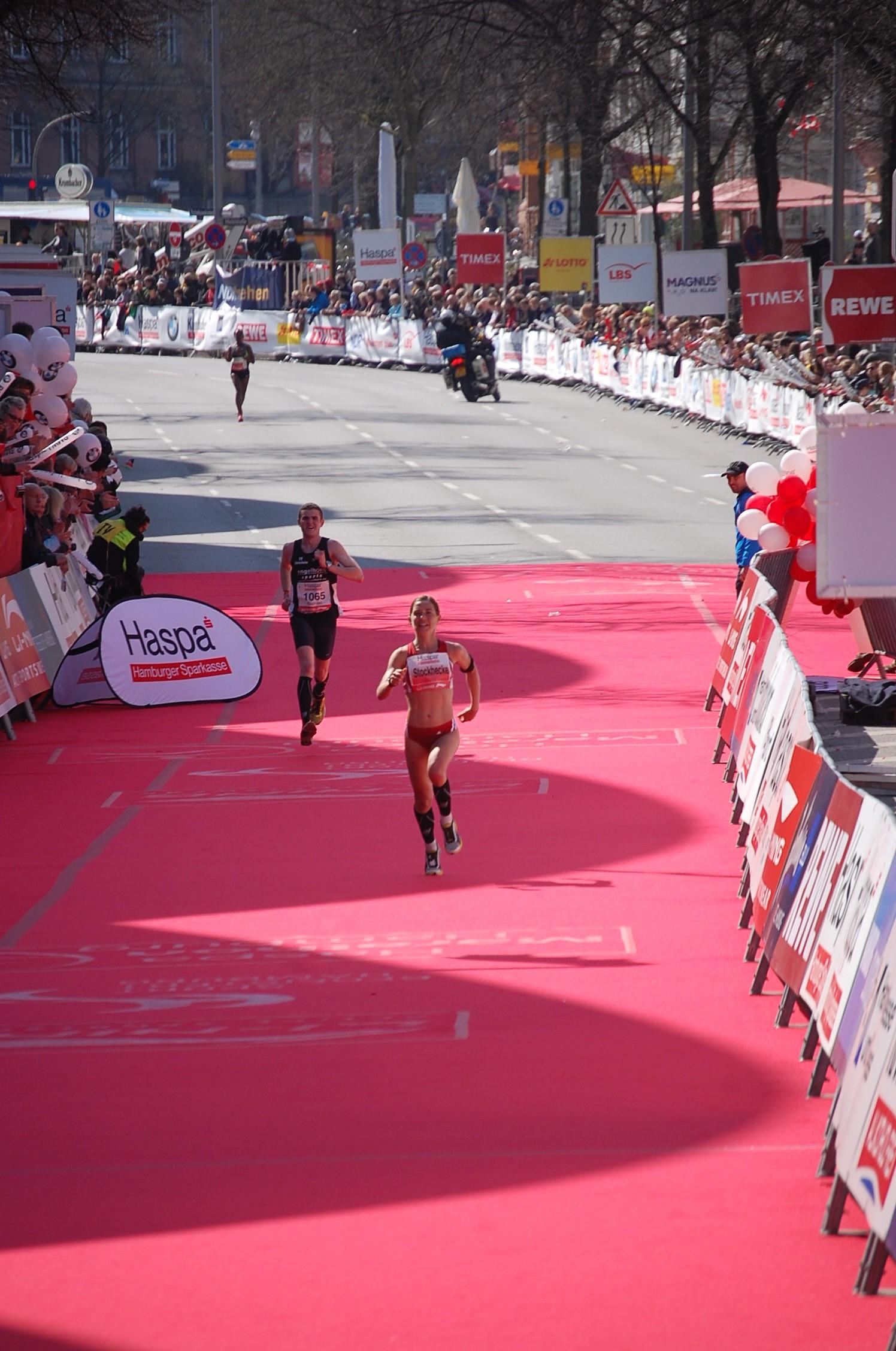 28. haspa Marathon Hamburg: Mona Stockhecke wird in Landesrekord Hamburger Marathon-Meisterin